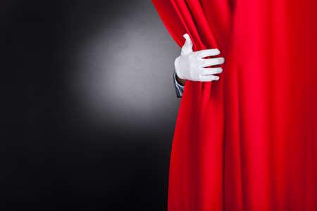 빨간색 무대 커튼을 열어 마술사의 자른 이미지 스톡 콘텐츠