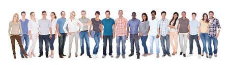 Panoramische opname van diverse mensen in casuals staande tegen een witte achtergrond