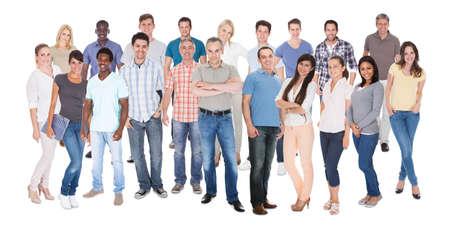 grote groep mensen: Diverse mensen in casuals staande tegen een witte achtergrond Stockfoto