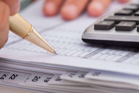 Bijgesneden afbeelding van de kosten in het kantoor zakenman controle Stockfoto