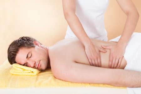 homme massage: Jeune homme reçoit retour massage dans le spa Banque d'images