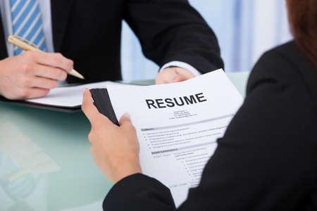 Bebouwd beeld van vrouwelijke kandidaat met CV bij bureau tijdens interview