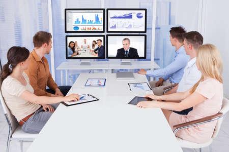 Junge Geschäftsleute Blick auf Computer-Monitore im Konferenzraum Standard-Bild