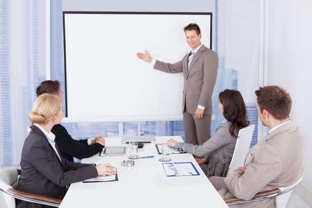 Junge Unternehmer, die Darstellung an Kollegen im Büro