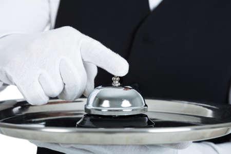 campanillas: Secci�n media de joven mayordomo que sostiene la campana del servicio m�s de blanco