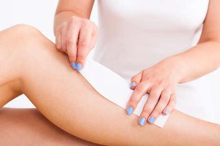 waxen: Buik van been vrouwelijke therapeut wassende klant bij beauty spa