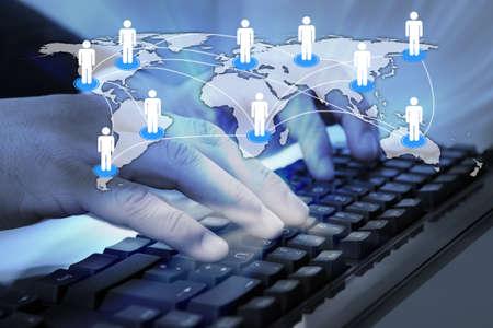 trabajo social: Imagen compuesta de Digitaces del hombre de negocios escribiendo en el teclado de ordenador conectado con el mapa del mundo.