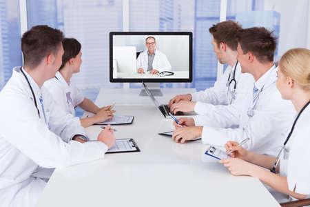 Team von Ärzten mit Videokonferenz-Sitzung im Krankenhaus Standard-Bild