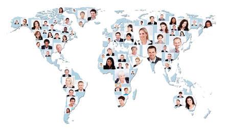 photoshop: Collage van de multi-etnische mensen uit het bedrijfsleven op de wereld kaart vertegenwoordigt mondiale bedrijfsleven. Bron van referentie-kaart: http:visibleearth.nasa.govview.php?id=74518. Illustratie werd gemaakt op de 15 mei 2014 met behulp van Photoshop CS5. 1 laag data werd gebruikt voor Stockfoto