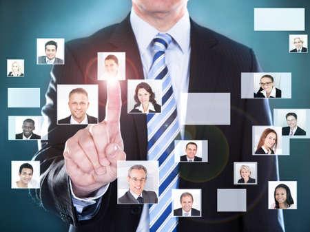 Buik van zakenman het kiezen van de perfecte kandidaat voor de job
