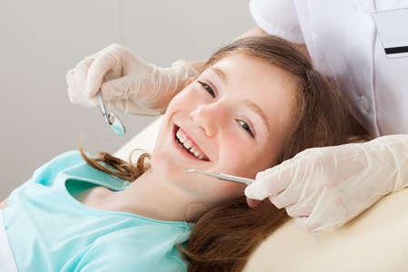 propret�: Portrait de jeune fille heureuse de subir un traitement dentaire � la clinique