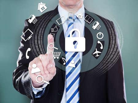 seguridad laboral: Sección media de hombre de negocios presionando los iconos virtuales sobre el fondo de color