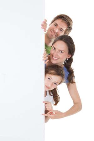 pont: Portré a boldog család less a blank billboard fölött fehér háttér