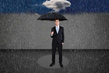 sotto la pioggia: Lunghezza completa di uomo d'affari azienda ombrello sotto la pioggia Archivio Fotografico