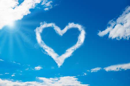 Lage hoek oog van hart-vormige wolk in de blauwe hemel