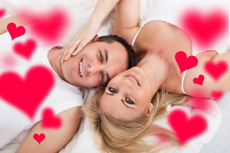 jovenes enamorados: Retrato del alto ángulo de la joven pareja amorosa en la cama