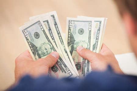 efectivo: Imagen recortada de hombre contando billetes de cincuenta d�lares en su casa