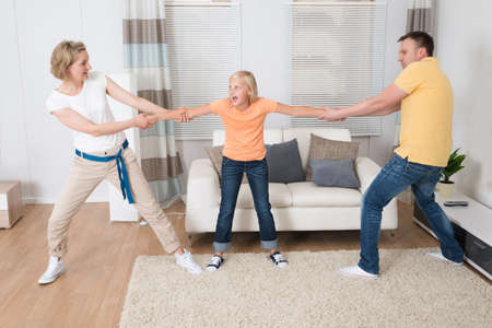 Padres menos Divorcio Dividir niños en casa Foto de archivo