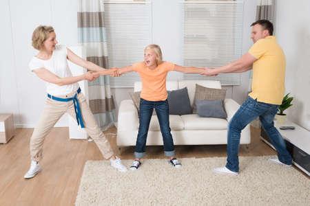 mujeres peleando: Padres menos Divorcio Dividir niños en casa