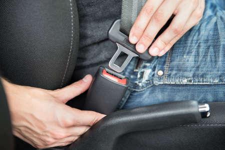 asiento: Primer del hombre de fijación del cinturón de seguridad en el coche Foto de archivo