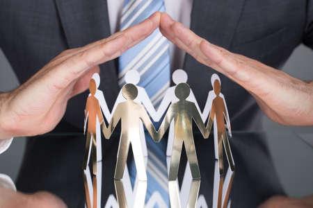 Businessman Schutz Papier Leute am Tisch Standard-Bild - 31779410
