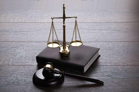 Juzgue el mazo y las escalas en mesa de madera Foto de archivo