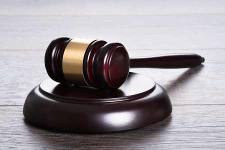 gerechtigkeit: Hammer auf den Tisch in rechtlichen und Gerechtigkeit Konzept