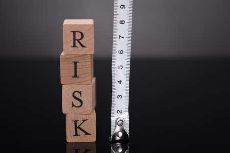 equidad: Medición de riesgos con regla sobre fondo negro