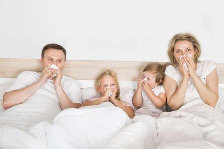 enfant malade: Famille malade couché dans son lit à la maison Banque d'images