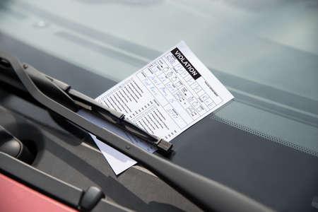 車のフロント ガラスに駐車違反の切符のクローズ アップ 写真素材