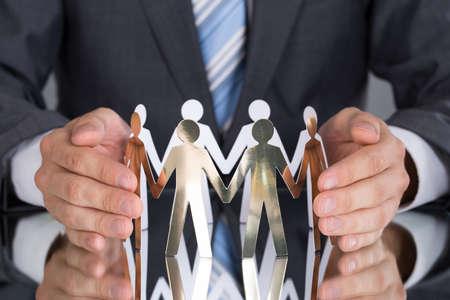 Imprenditore proteggere la gente di carta al tavolo