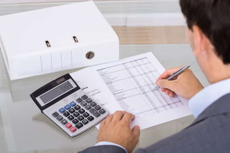 registros contables: Contador cálculo de las finanzas. Sobre la opinión del hombro