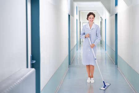 suelos: Retrato de cuerpo entero de feliz lavapisos fregado en el hospital