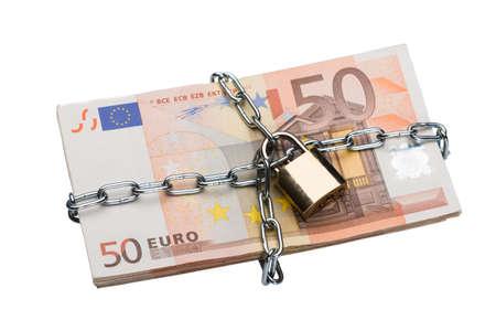 dinero euros: Primer de la cadena metálica y un candado alrededor paquete euro aisladas sobre fondo blanco Foto de archivo