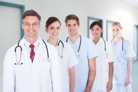 grupo de médicos: Retrato de equipo médico confía en pie en la fila en el hospital Foto de archivo