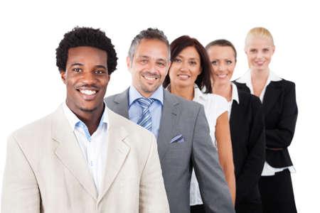 razas de personas: Retrato de empresarios multi�tnica conf�a en pie sobre el fondo blanco