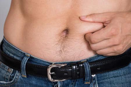 ombligo: Sección media del primer del hombre que sostiene el vientre de grasa
