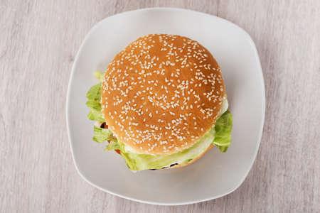 hamburguesa: Justo encima de tiro de la hamburguesa en el plato en el suelo Foto de archivo