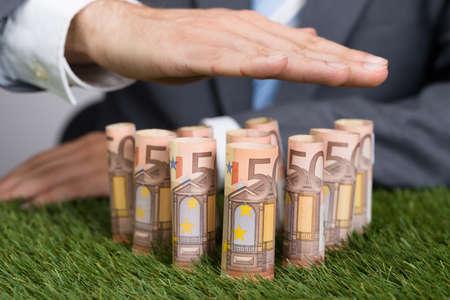 billets euro: Partie m�diane des affaires blindage enroul� billets en euros sur l'herbe