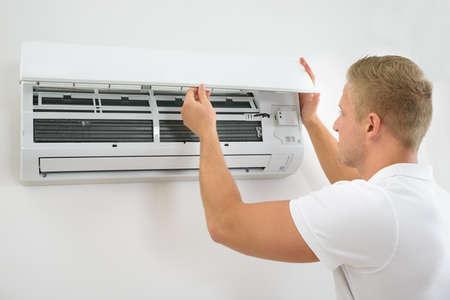 aire acondicionado: Retrato de un Sistema de Aire Acondicionado hombre joven Ajuste