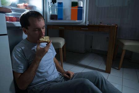 comiendo pan: Retrato de un pan de queso antrop�fago en casa Foto de archivo