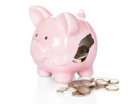 흰색 배경 위에 돈으로 깨진 된 돼지 저금통