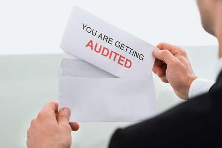 papier lettre: Image recadr�e de la lettre de v�rification d'ouverture de affaires dans le bureau