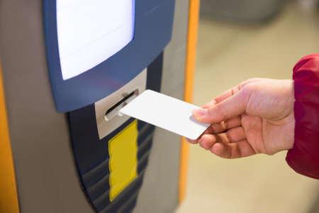 駐車場のチケットの支払いをマシンに挿入女性 写真素材 - 35462665