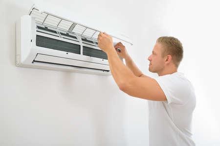 空調を調整する若い男性の肖像画