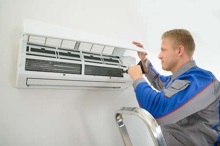 Portrait de jeune technicien Homme Réparation Climatiseur Banque d'images