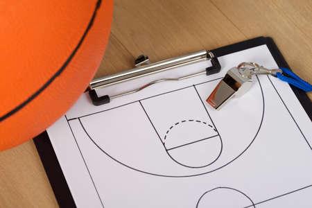 Close-up van basketbal met fluitje en Sport Tactics Op Papier Stockfoto
