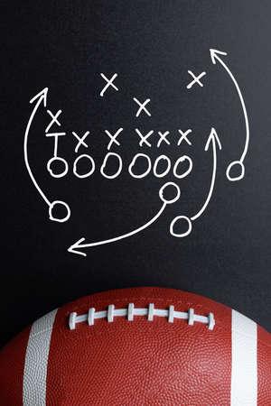 estrategia: Estrategia Juego de F�tbol Drawn Out en una Junta de tiza con la bola de rugbi