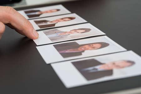 Close-up Van Een Persoon Hand kiezen van de Foto van een kandidaat Stockfoto