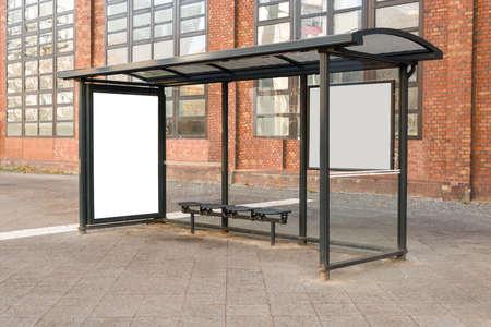 parada de autobus: Empty Bus Stop Travel estaci�n En la Ciudad Foto de archivo